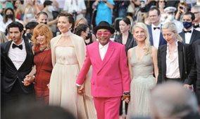 Khai mạc LHP Cannes 2021: Dàn sao dự công chiếu nhạc kịch, Jodie Foster nhận Cành cọ vàng