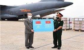 Tiếp nhận 200.000 liều vắc-xin Vero-Cell do Bộ Quốc phòng Trung Quốc trao tặng