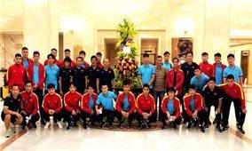 Chủ tịch nước Nguyễn Xuân Phúc tặng hoa và gửi lời động viên đội tuyển Việt Nam