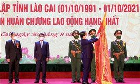 Thừa ủy quyền của Chủ tịch nước, Bộ trưởng, Chủ nhiệm Hầu A Lềnh trao Huân chương Lao động hạng Nhất cho tỉnh Lào Cai