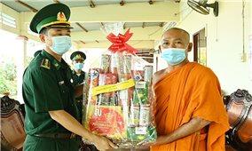 BĐBP tỉnh Kiên Giang thăm, tặng quà các chùa Khmer dịp Lễ Sen Dolta