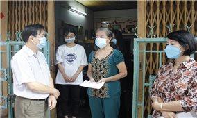 Ban Dân tộc TP. Hồ Chí Minh thăm, tặng quà đồng bào DTTS thuộc diện hộ nghèo bị nhiễm Covid-19 tại quận 10