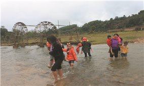 Học sinh vượt suối trong giá rét để đến trường