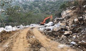 Lợi dụng dự án làm đường vào di tích để khai thác đá