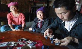 Người Dao ở Tả Phìn bảo tồn nghề chạm bạc truyền thống