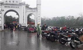 Bát nháo thu phí giữ xe ở đền chùa đầu năm