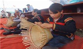 Cậu bé Ê-đê giành giải nhất cuộc thi đan lát
