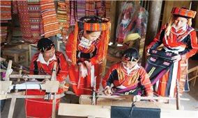 Nghệ nhân Phù Thị Thiên: Đưa thổ cẩm Pà Thẻn đến với mọi người