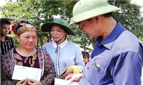 Ủy ban Dân tộc thăm hỏi, tặng quà các gia đình bị thiệt hại do mưa lũ tại huyện Văn Chấn, tỉnh Yên Bái