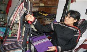 Dạy nghề giúp phụ nữ DTTS thoát nghèo