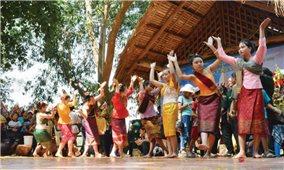 Duyên dáng điệu múa lăm vông của người Lào