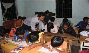 Lớp học xóa mù chữ nơi vùng biên