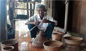 Tìm giải pháp khôi phục nghề đan của người Vân Kiều