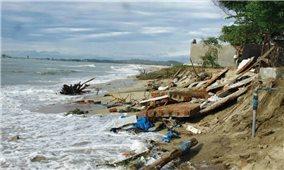 Quảng Ngãi: Hiểm nguy những ngôi nhà chênh vênh bên mép sóng