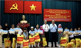 Phó Thủ tướng Trương Hòa Bình trao quà, học bổng cho học sinh dân tộc Chăm