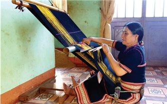 Người truyền nghề dệt thổ cẩm ở Glar