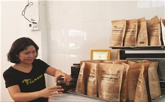 Cô gái Khmer hướng xuất khẩu đường thốt nốt ra thị trường châu Âu