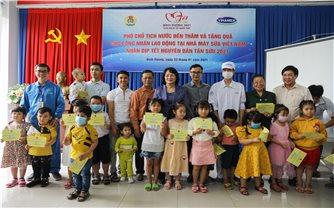 Phó Chủ tịch nước Đặng Thị Ngọc Thịnh thăm, tặng quà công nhân lao động Nhà máy sữa Vinamilk