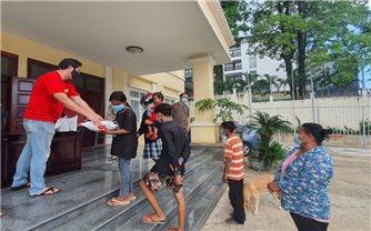 Phát quà cứu trợ hơn 400 hộ gia đình người Việt có hoàn cảnh khó khăn ở Campuchia