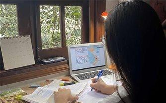 Học sinh lớp 12 ở Hà Nội làm bài khảo sát trực tuyến