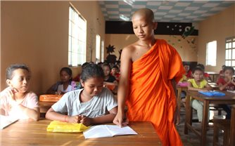 """Vĩnh Châu (Sóc Trăng): """"Truyền chữ"""" Khmer trong mùa hè covid-19"""