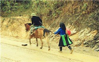 Những người đàn bà đi sau lưng ngựa