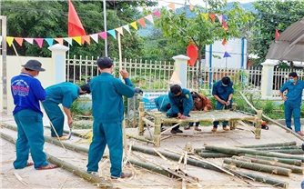 Người dân vùng núi Ba Tơ đốn tre làm giường cho khu cách ly
