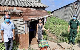 Bộ đội Biên phòng Sóc Trăng tặng gần 1.000 phần quà cho đồng bào Khmer bị ảnh hưởng dịch Covid-19