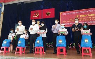 TP. Hồ Chí Minh: Trao tặng 100 máy tính bảng cho học sinh DTTS có hoàn cảnh khó khăn
