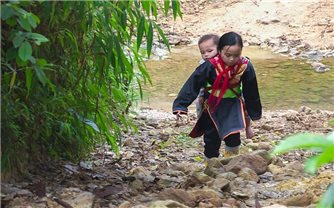 Đường đến trường đầy cảm xúc của cô bé dân tộc Dao