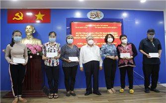 TP. Hồ Chí Minh: Trao quà của UBDT hỗ trợ đồng bào DTTS thuộc diện hộ nghèo bị nhiễm Covid-19