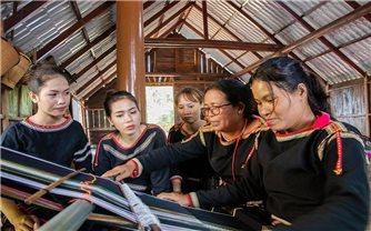 Phụ nữ Tây Nguyên và sự trao truyền, gìn giữ văn hóa