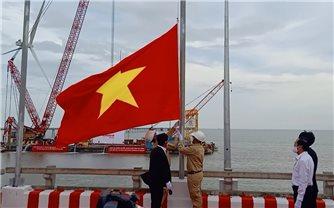 Xúc động lễ thượng cờ Tổ quốc trên Dự án điện gió biển lớn nhất Việt Nam
