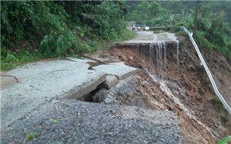 Nhiều tuyến đường miền núi Quảng Ngãi bị sạt lở nghiêm trọng