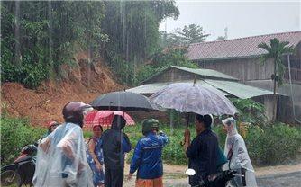 Sạt lở đất tại huyện miền núi Nam Trà My, 6 ngôi nhà hư hỏng