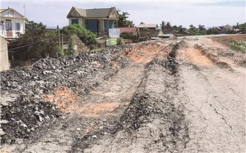 """Đê sông Chu qua huyện Thọ Xuân (Thanh Hóa): """"Sáng bàn giao, chiều hỏng"""" vì xe quá tải?"""