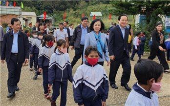Đồng chí Trương Thị Mai thăm, tặng quà học sinh nghèo tỉnh Kon Tum