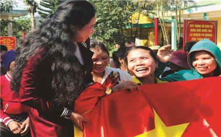 Trao cờ Tổ quốc cho Nhân dân các xã biên giới: Nhân lên niềm tự hào dân tộc