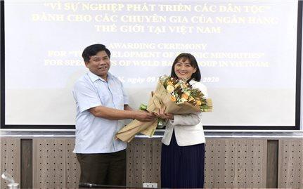 """UBDT trao tặng Kỷ niệm chương """"Vì sự nghiệp phát triển các dân tộc"""" cho các chuyên gia Ngân hàng Thế giới"""