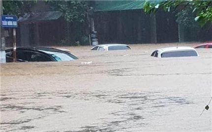 Mưa lũ tại Hà Giang: Hàng loạt ô tô chìm trong biển nước trên đường phố