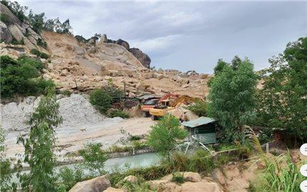 Bình Định: Đá tặc băm nát núi Hòn Chà - Chính quyền bó tay!