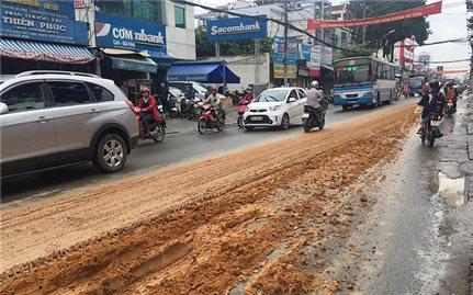 Chở vật liệu xây dựng làm rơi vãi ra đường