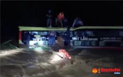 Quảng Bình: Giải cứu thành công 20 người trên xe khách bị lũ cuốn trôi