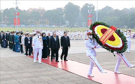 Đại biểu dự Đại hội Thi đua yêu nước vào Lăng viếng Chủ tịch Hồ Chí Minh