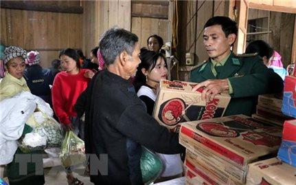 Ấm lòng tiệm tạp hóa miễn phí cho người dân nghèo vùng biên