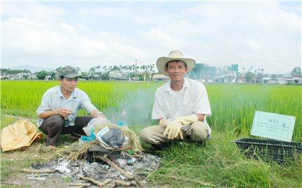 Hai lão nông ở Quảng Ngãi tự nguyện thu gom rác thải nông nghiệp