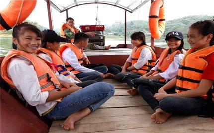 Người lái thuyền thầm lặng trên lòng hồ Thác Bà