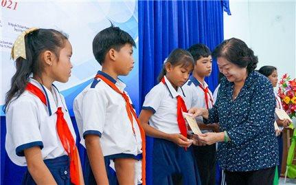Trao 500 suất học bổng cho học sinh người DTTS và học sinh các xã đảo Cà Mau, Kiên Giang