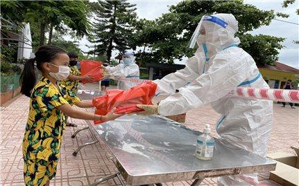 Trao quà cho 2.441 trẻ trong khu vực phong tỏa xã Si Pa Phìn
