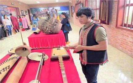 Nhạc cụ dân tộc với người trẻ